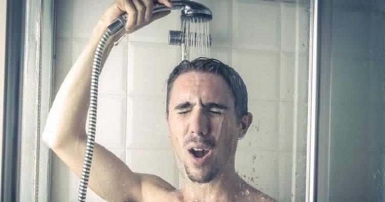 Vücut ısısını düşürmek için duş alınmalı ya da baş, göğüs ve koltuk altı gibi bölgelere ıslak havlu tutulmalı.