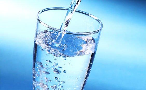 Hastanın bilinci açıksa sıvı takviyesi sağlanmalı fakat hasta bilincini kaybettiyse hiçbir sıvı verilmeden en yakın hastaneye götürülmeli.