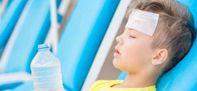 Güneş çarpmasının en yaygın belirtileri baş ağrısı, bulantı, kusma, yüksek ateş, terleyememe, denge bozukluğu ve bilinç kaybıdır. İlerleyen vakalarda hayati risk oluşabilir.