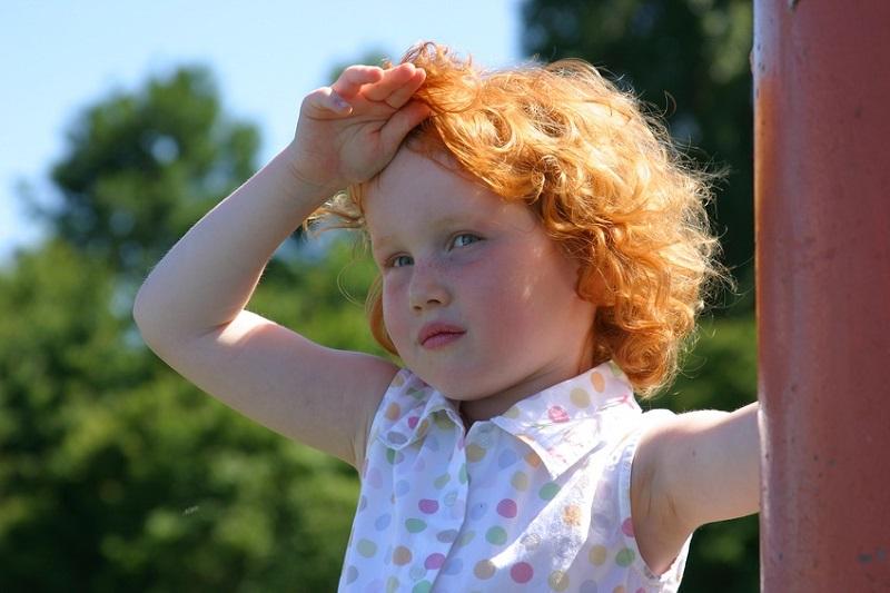 Sıcak havalarda özellikle küçük çocukların ve yaşlıların daha çok dikkat etmesi gereken güneş çarpmasından korunmak için bol bol su tüketmek ve güneş ışınlarının dik geldiği saatlerde dışarı çıkmamak gerekiyor.