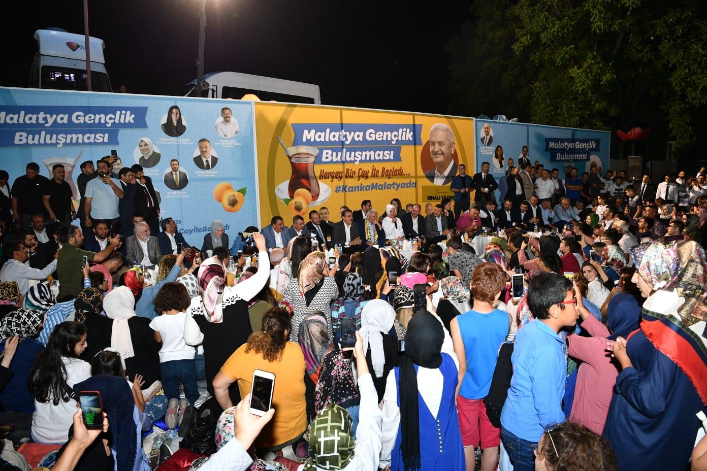 AKP İzmir Milletvekili Binali Yıldırım, Malatya'daki temasları kapsamında, Battalgazi Çınar Park'ta yaklaşık 5 bin gençle bir araya geldi. Yıldırım, diğer katılımcılarla birlikte türkü söyledikten sonra, gençlerin isteği üzerine telefonla Cumhurbaşkanı Recep Tayyip Erdoğan'ı aradı.