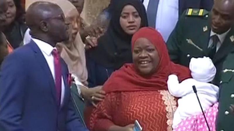 Kenya'da Ulusal Meclis'e bebeğiyle gelen milletvekili salondan atıldı