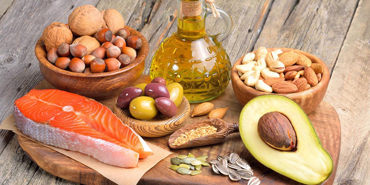 Trans yağların tehlikesi tartışmasız olsa da belli miktarlardaki kuru yemiş, zeytinyağı, balık gibi yağ içerikleri hem sağlık açısından hem de kilo kontrolü için çok önemli.