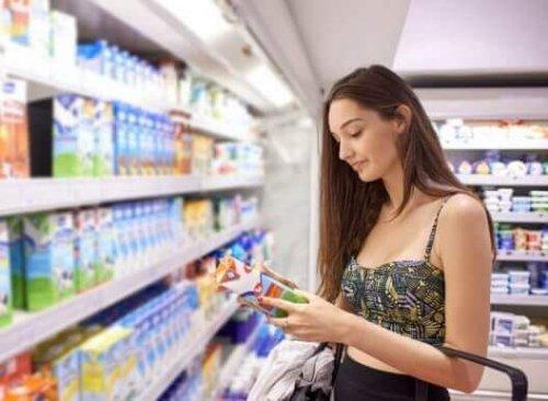 Uzmanlar, ürünlerin etiketinin okunması üzerinde tekrar tekrar duruyor. Son zamanlarda sık sık gündeme gelmesine rağmen paketli meyveli yoğurtlar, meyve suları gibi gıdalardaki eklenmiş şeker büyük sağlık riski doğuruyor.