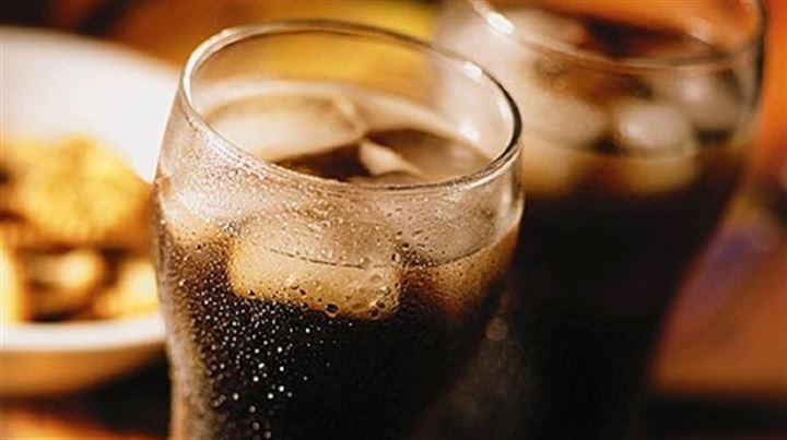 Diyet kola içmek: Şekerli kola içmeyi bırakıp diyet kolaya geçmek kalori alımını azaltıyor fakat diyet kolaların sağlık açısından pek çok yan etkisi var. Öte yandan Texas Üniversitesi'nde yapılan şaşırtıcı bir araştırma diyet kola tüketenlerin hiç kola tüketmeyenlere göre çok daha fazla kilo aldığını ortaya koydu. 475 yetişkinin 10 yıl boyunca izlendiği çalışmada diyet kola içenlerin bel çevresinde kola içmeyenlere göre yüzde 70 genişleme görüldü. Diyet kolanın etkilerini denek fareler üzerinde gözlemleyen bilim insanları bunun nedeninin yapay tatlandırıcı olan aspartamın kan şekerini karaciğerin baş edemeyeceği seviyelere yükseltmesi; sonuç olarak da fazla glikozun yağ olarak depolanması olduğunu söylüyor.