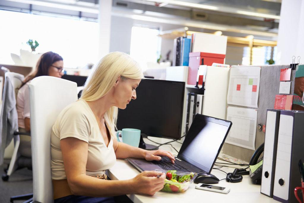 Öğle yemeğini ofis masasında yemek: Çalışırken vakit kaybetmemek için öğle yemeğini ofis masanızda yiyerek 'geçiştirmek' yediklerinize dikkat etmemenize ve yüzde 50'ye kadar daha fazla yemek yemenize neden olabilir.