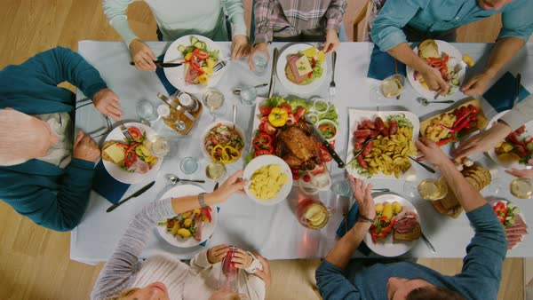 Büyük gruplarla birlikte yemek: Yapılan araştırmalar başkalarıyla yemek yendiğinde tek başına geçirilen öğünlere kıyasla yüzde 44 daha fazla besin tüketildiğini ortaya koydu. Yemek 1 kişiyle paylaşıldığında tüketim yüzde 33 artarken 6-8 kişilik gruplarla yemek yenildiğinde bu oran yüzde 69-70, hatta yüzde 96'lara kadar yükseliyor. Bunun nedeni büyük gruplarla yemek masasında daha uzun vakit geçirilmesi ya da yeme miktarına dikkat edilmemesi olabilir.