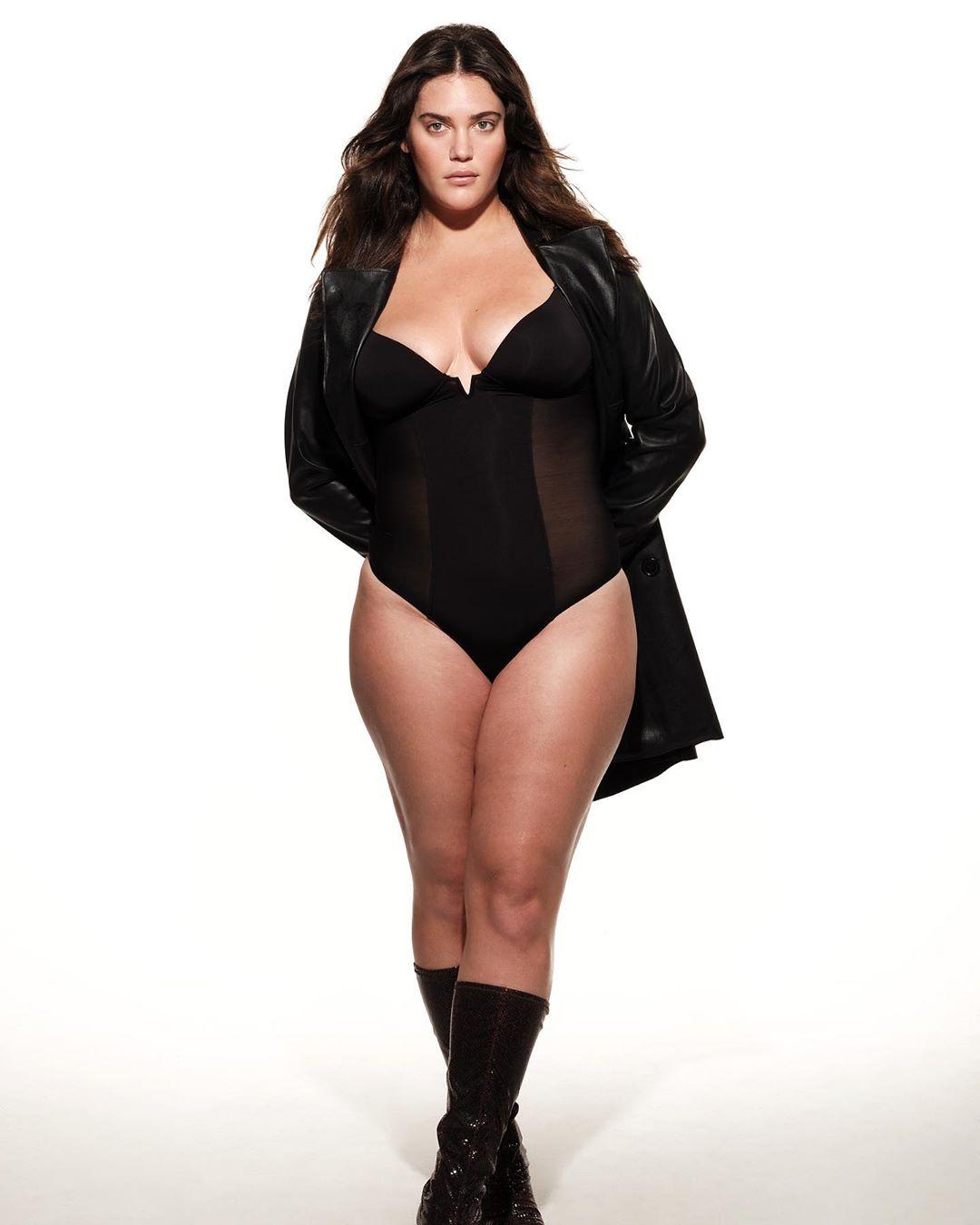Victoria's Secret moda şovunun yönetmeni Ed Razek, daha önceki açıklamalarında, 'geleneksel moda şovunda asla trans veya büyük beden mankenlere yer verilmeyeceğini' söylemişti.