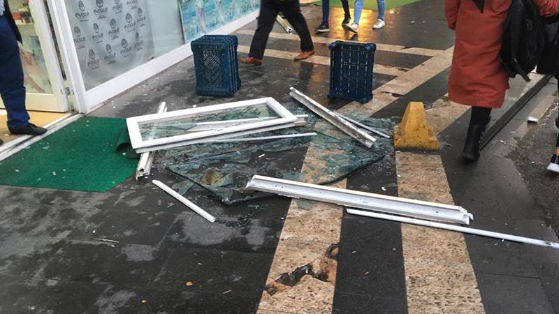 Genç kadın yolda yürürken üzerine pencere düştü!