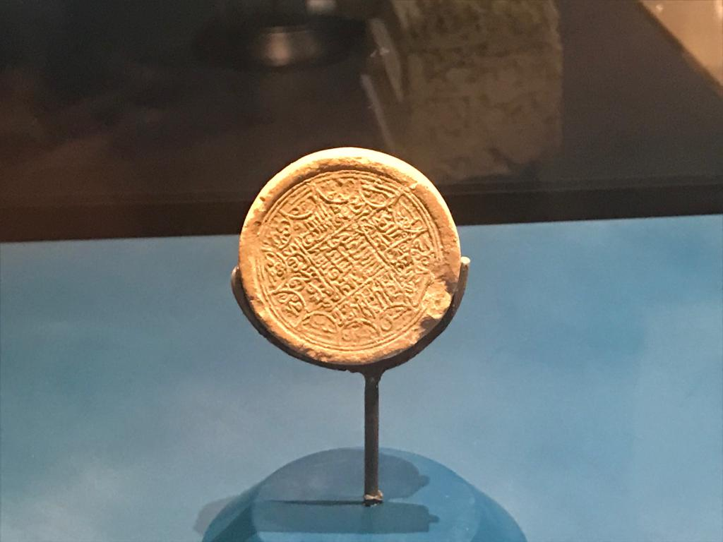 Öte yandan bir süre önce eski Hasankeyf'ten Kültürel Park'a taşınan İmam Abdullah Zaviyesi'nin türbesinin alanında yapılan aramada 'kufi' sanatıyla yazılı 'secde taşı' bulundu. 14'üncü yüzyıla ait olduğu tespit edilen secde taşını fark eden görevliler, tarihi eseri Hasankeyf Müzesi'ne teslim etti.