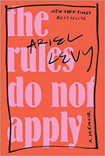 21) Ariel Levy – The Rules Do Not Apply (2017): The New Yorker'ın yazarlarından olan Ariel Levy, 'The Rules Do Not Apply'da kendi hayatını anlatıyor. Moğalistan'da görev sırasında bir otel odasında çocuğunu 19 aylıkken düşürdüğünü anlattığı anısı ise kitabın en çarpıcı kısımları arasında sayılıyor. Kitabın Türkçe çevirisi bulunmuyor.