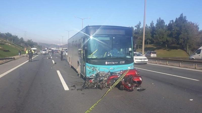 TEM Otoyolunda ölümlü trafik kazası! Motorsiklet halk otobüsünün altına girdi