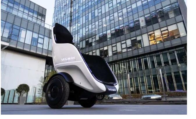 Segway'in yeni çift tekerlekli kendiliğinden dengeli sandalye saatte 38 kilometre hıza çıkabiliyor. S-pod isimli sandalye bir kumanda üzerinden kontrol edilerek şehir içinde yolculuğu kolaylaştırma amacı taşıyor.