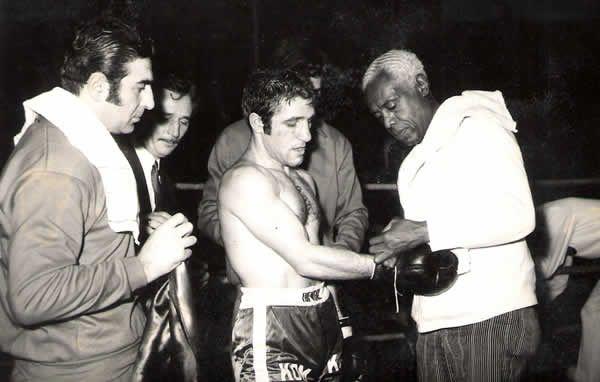 Milli boksör, 22 yıllık kariyerinin ardından 1966yılında boks kariyerine son verdi.