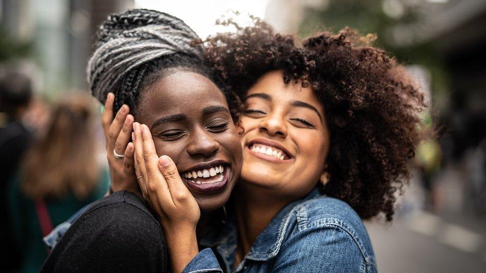 5. Önce çevrenize bakın - Arkadaşlarınız ayrıca size uygun arkadaşlarıyla tanışmanızı sağlayabilir.