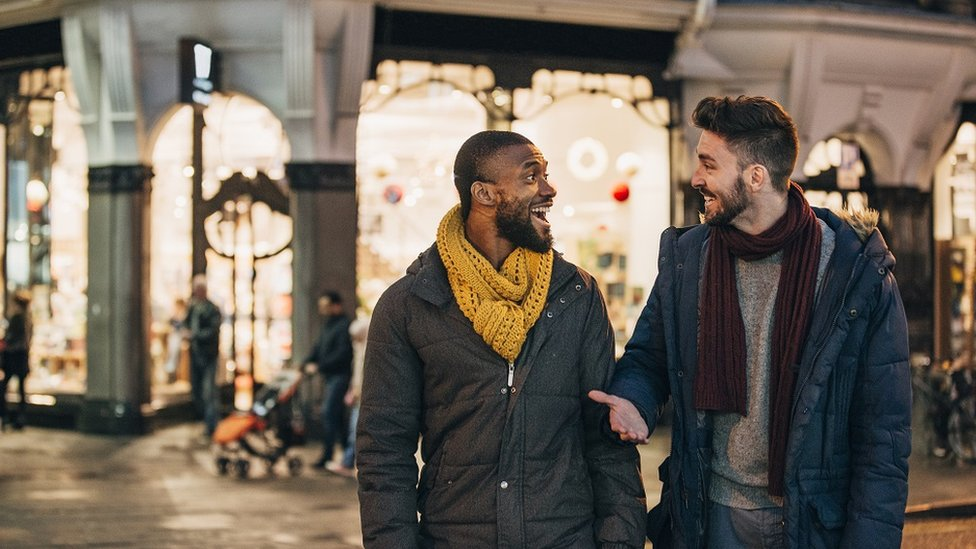 6. Esnek olun - Size çekici gelen şeyin ne olduğunu bildiğinizi sanıyor olabilirsiniz ama… Listenizi çok daraltırsanız sizi en çok etkileyecek insanı elemiş olabilirsiniz. Kağıt üzerinde kimse ideal bir partner olarak görünmez.