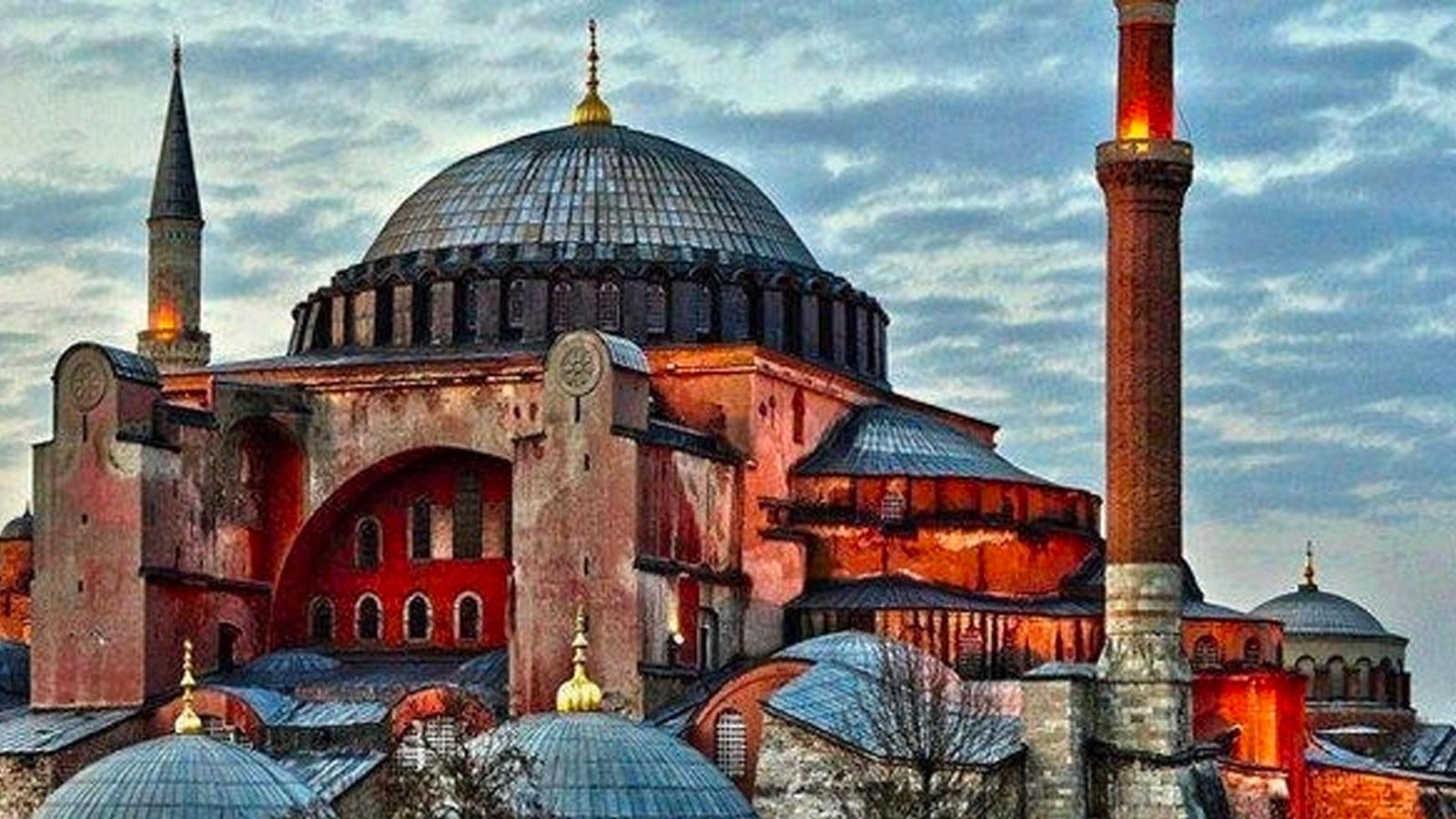 """Ortodoks dünyanın lideri olarak görülen Ruslar, Türkiye'ye geldiklerinde mutlaka ziyarettikleri yerleri yerlerden biri Ortodoks kilisesi olarak yapılan Ayasofya Müzesi oluyordu. Müzeye giriş ücrelerinin 100 TL olması nedeniyle içeriye giren her ziyaretçi ülke ekonomisine katkıda bulunuyordu. Ancak Ayasofya'nın Cami olmasıyla birlikte hükümet bu gelir kaleminden feragat ederek vatandaşın omzuna yeni vergi yükleri getirebilir. Peskov bu durumun Ruslara faydasını, """"Ve şimdi bilet olmayacak, giriş ücretsiz olacak. Bu bakımdan turistlerimiz yararlanacak."""" sözleriyle dile getirdi."""