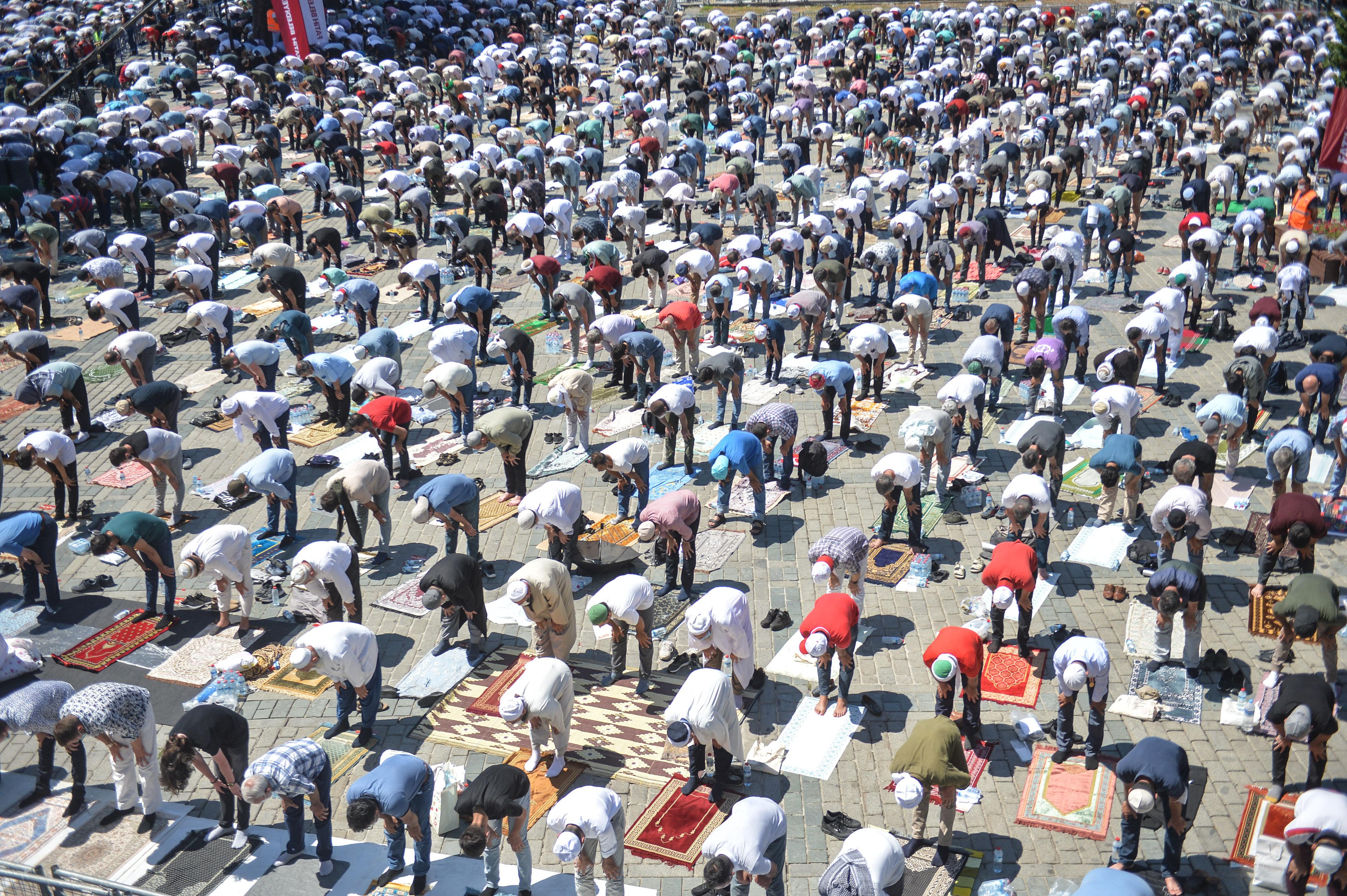 Ayasofya'da 86 yıl sonra ilk kez kılınan namaza 350 bin kişi katıldı; Erdoğan Kur'an-ı Kerim okudu, Diyanet İşleri Başkanı kılıçla hutbe okudu