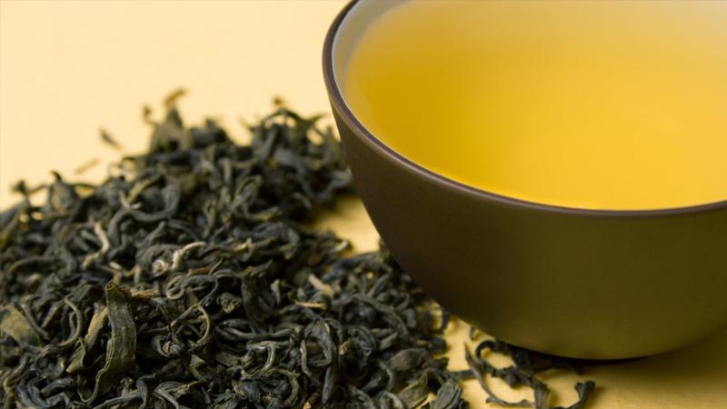 Yeşil ve siyah çaylar, bir tür antioksidan olan flavonoidlerden oldukça zenginler. Yeşil çay aynı zamanda kateşinler de içeriyor. Kateşinler bağışıklık fonksiyonunu geliştiriyor, ancak siyah çayın geçtiği fermantasyon süreci birçok kateşini yok ediyor.