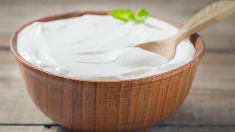 Yoğurt, içeriğinde bakteriyel olan ve bakteriyel olmayan unsurlar barındırıyor. Bakteriyel bölümde bağışıklığı destekleyen etkileri kanıtlanmış olan probiyotikler bulunuyor. Yoğurtta protein, riboflavin, folik asit ve kalsiyum da mevcut. Bu içerikler de bağışıklığa destek veriyor