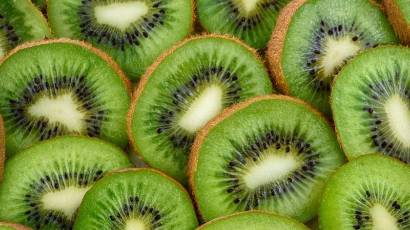 Kivi folat, potasyum, K vitamini ve C vitamini dahil olmak üzere birçok temel besinden zengin bir meyve. Özellikle de C vitamini içeriğiyle dikkat çekiyor. Portakal ve limonla kıyaslandığında, bu narenciyelerden 2 kat daha fazla C vitaminine sahip.
