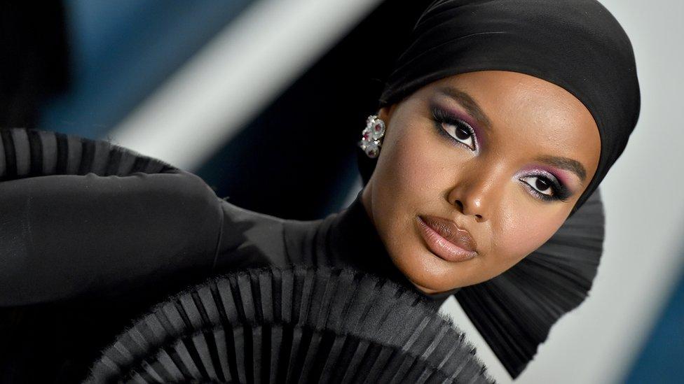 İlk tesettürlü model Halime Aden 'Namazlarımı kaçırdım, otel odalarında ağladım' diyerek mankenliği bıraktı