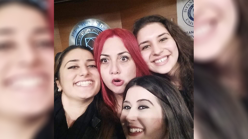 Öldürülen akademisyen Aylin Sözer öğrencileriyle birlikte