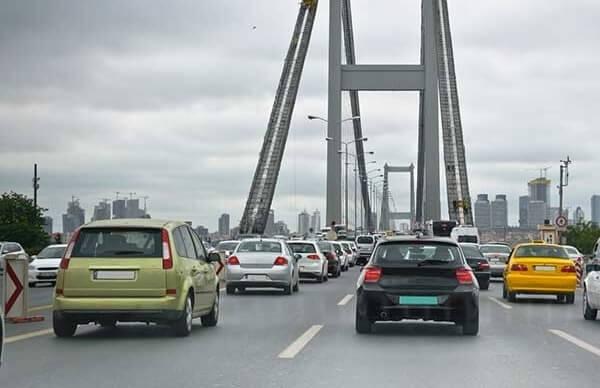 İstanbul'da en yoğun olarak kullanılan ve Karayolları Genel Müdürlüğü'ne ait olan 15 Temmuz Şehitler Köprüsü ile Fatih Sultan Mehmet Köprüsü'nde geçiş ücretlerine yüzde 26 zam geldi.