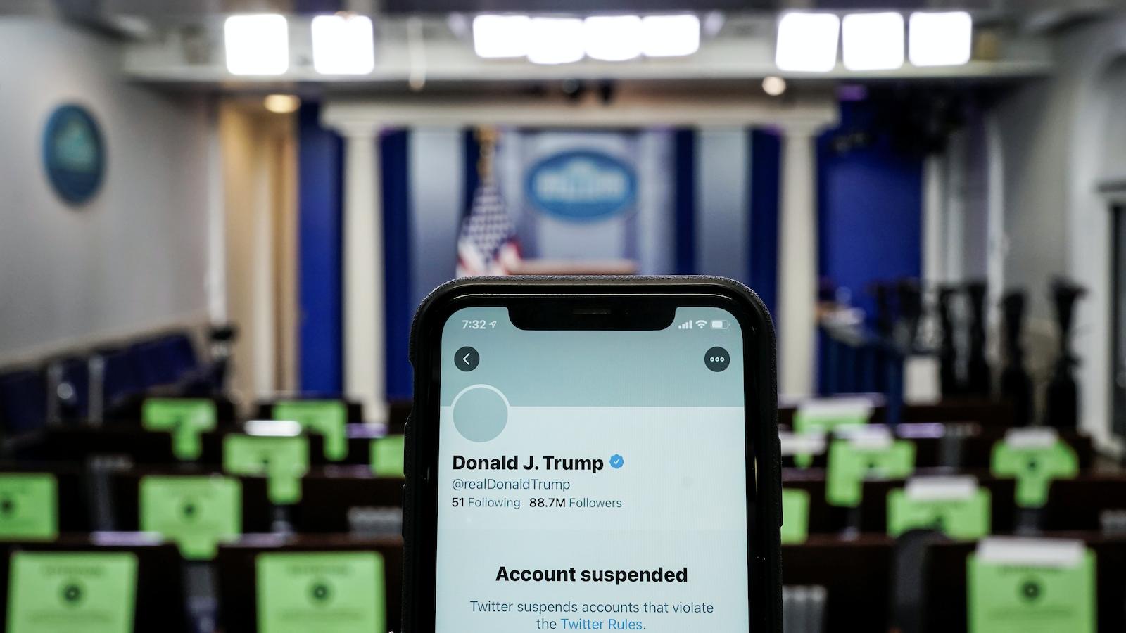 Twitter, Donald Trump'ın 88.7 milyon takipçili hesabını kalıcı olarak askıya aldı