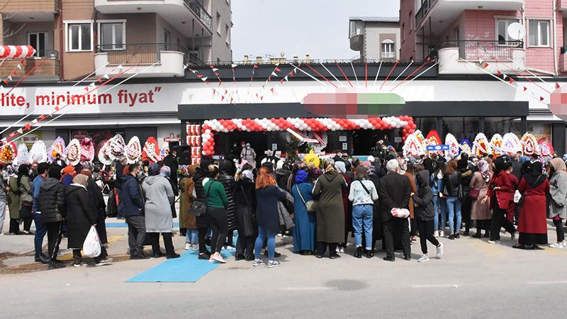 İndirimli ürünlerden almak isteyenler, açılış saatinden önce market önünde toplanırken, uzun kuyruk oluştu.