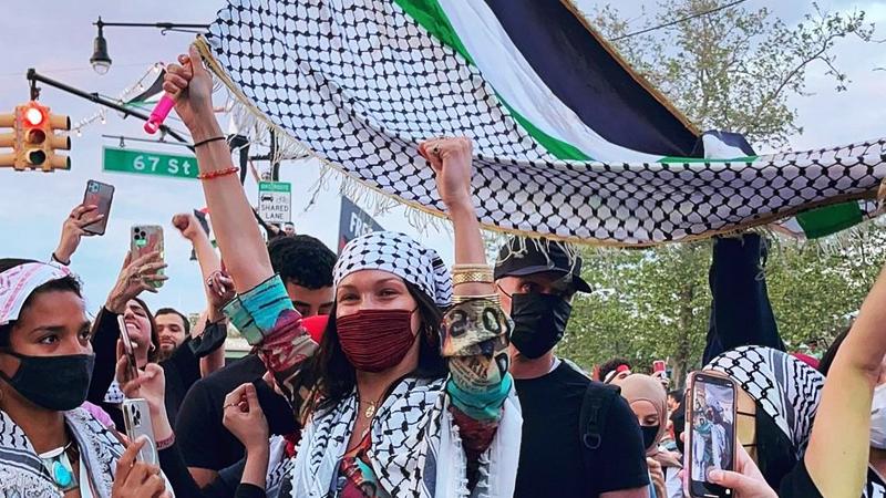 New York'taki Filistin'e destek yürüyüşüne katılan kefiyeli Bella Hadid:  Filistin özgürlüğe kavuşana dek Özgür Filistin