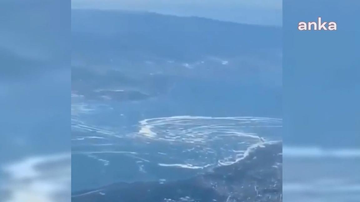 Deniz salyasının Ege Denizi'ne akmaya başladığı gökyüzünden görüntülendi