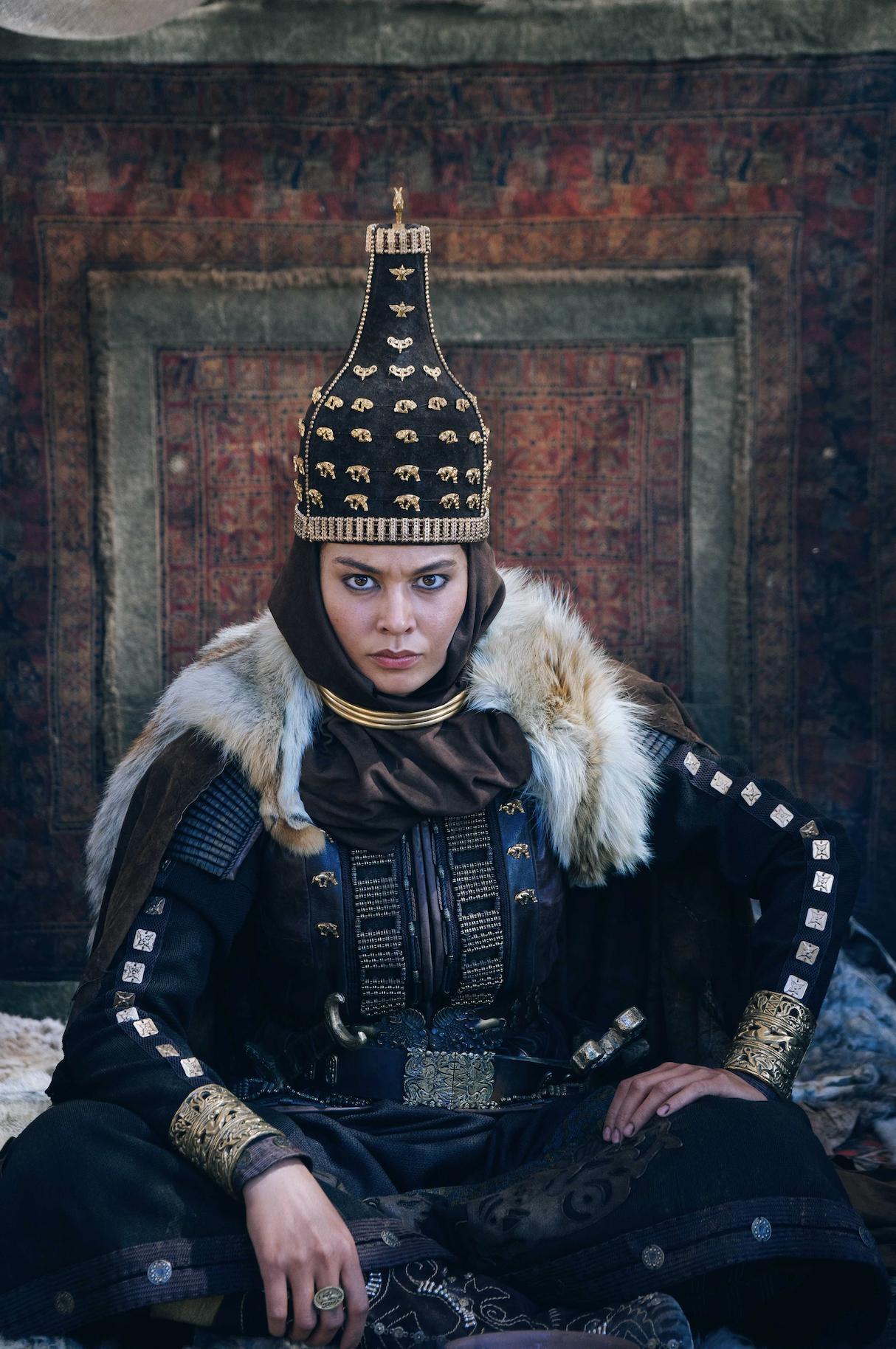 """Akan Satayev'in yönetmenliğini üstlendiği """"Tomris"""", 6. yüzyılda İskit-Saka İmparatorluğu'nun başına geçerek Türk tarihinin ilk kadın hükümdarı olan Tomris Hatun'un hayatını konu ediniyor. Kazakistan ve Rusya ortak yapımı filmde, Almira Tursyn, Adil Akhmetov, Erkebulan Dairov, Aizhan Lighg ve Berik Aytzhanov rol alıyor."""
