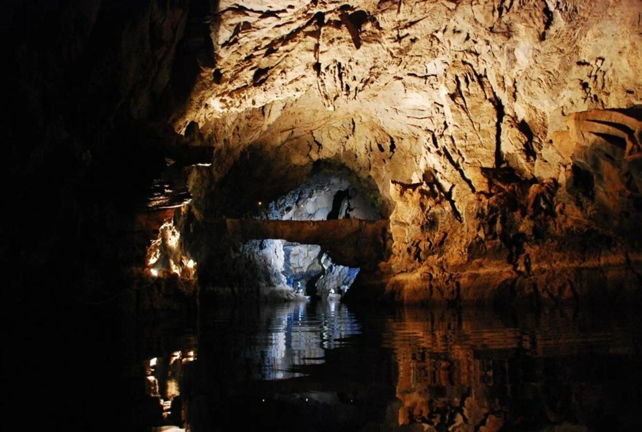 """Mağaradan çok etkilenen Özen, """"Travertenleri, sarkıtları, suyunun duruluğu, içerideki havanın güzelliği ve mağaranın içerisinin sıcaklığının 17 derece olması ile çok ferah bir mağara"""" dedi."""