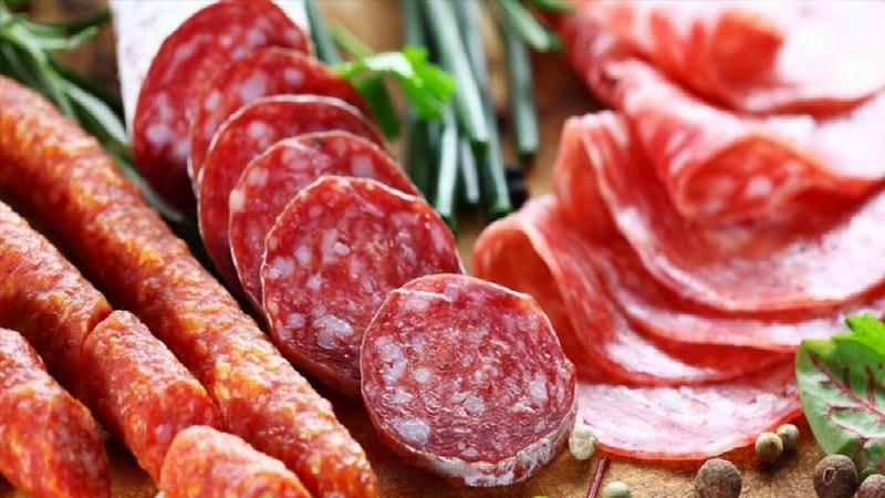 2-İşlenmiş etler: Şarküteri ürünlerini sadece kalp sağlığınız için değil, cildiniz için de vazgeçmeniz gereken besinler arasında yer alıyor.