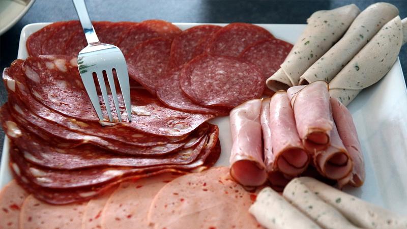 Sosis, salam, sucuk gibi işlenmiş etlerin tümü yüksek oranda doymuş yağ, sodyum ve sülfit içerir. Bunların hepsi de cildi kurutur ve iltihaplanmaya neden olarak kolajen üretimini zayıflatır.