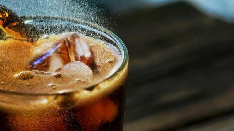 6-Asitli içecekler: İçinde çok fazla şeker ve asit bulunan bu içecekler, dehidrasyona yol açarak cildinizi susuz bırakırlar.