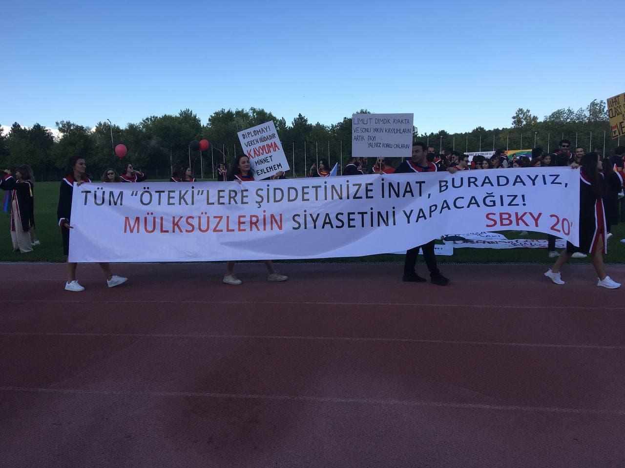 ODTÜ'de gelenek bozulmadı: Rektörlüğün katılmadığı mezuniyetten yaratıcı pankartlar