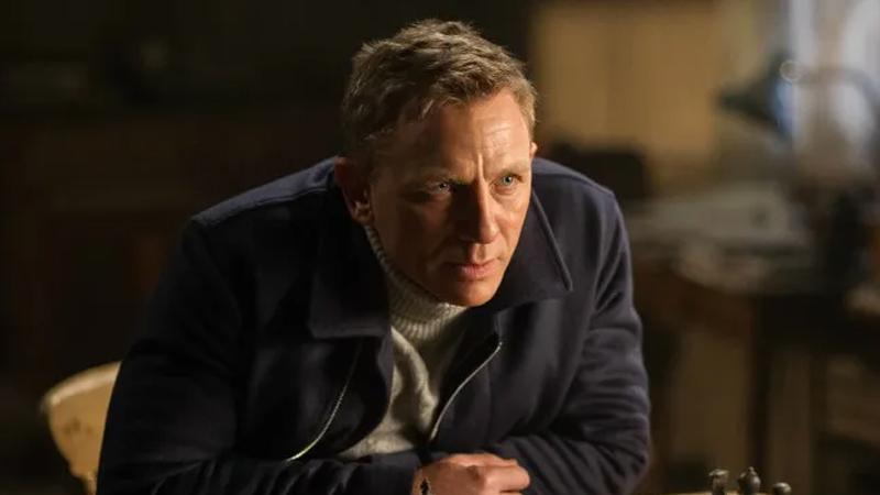 Bond serisinin gişe hasılatı yarışı: Forbes'a göre seriye ait filmlerden biri olan Thunderball, gişe hasılatı bakımından en başarılı Bond filmi. 2020 itibarıyla film, 590 milyon dolarlık bir yurt içi hasılat elde etti. Bu filmi sıralamada takip eden yapım ise elde ettiği 514 milyon dolarlık hasılat ile Goldfinger. Serinin bir diğer filmi Skyfall, 358 milyon dolarlık gişe hasılatına sahip. Dünya çapı hasılata bakıldığında ise Skyfall gişede en yüksek hasılatı elde etmiş Bond filmi. Film aynı zamanda tüm filmler arasında 28. sırada yer alıyor.