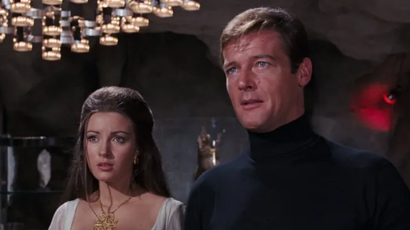 Diğer 00'lar: James Bond  Kayıp 002, 003, 004 ve 009 ajanları farklı filmlerde öldürüldü. Hatta ölü olarak bilinen sözde 006, bertaraf edilmeden önce GoldenEye filminin kötü karakteri olarak geri dönüyor. 001 ve 005'ten hiç bahsedilmese de
