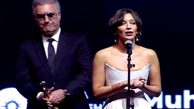 """Tamer Karadağlı, Nihal Yalçın konuşurken ödülünü uzattı: """"'Artık sus' mu  diyorsunuz?"""""""