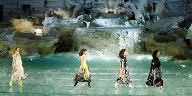 Karl Lagerfeld mankenleri Aşk Çeşmesi'nde yürüttü