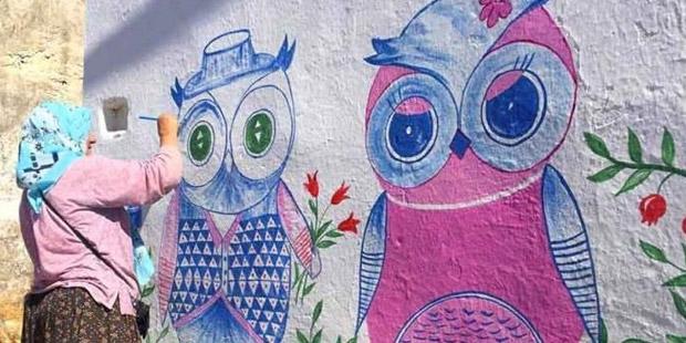 Çobanlıktan ressamlığa; köy duvarlarını sanatsal çizimleriyle süslüyor